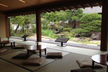 <p>บริเวณที่นั่งเสื่อทาทามิในร้านชากิฮารุ</p>