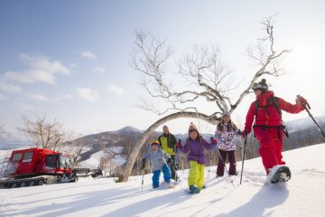 From beginners to intermediates, the friendly and inexpensive English or Japanese ski and snowboard lessons at Tomamu will put you at ease