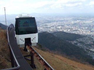 Kereta yang berputar di puncak gunung