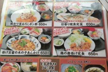 这就是中午套餐的菜单。有好多种定食,海鲜饭啊,烤鱼套餐啊,炸猪排套餐啊,炸鸡块套餐等等,都是是很平民的价格了。另外,一直到17点都算是午餐时间哦。日本的餐厅一般都是午餐时间才有实惠的套餐,晚餐时间的时候或者没有套餐或者价格会贵很多。