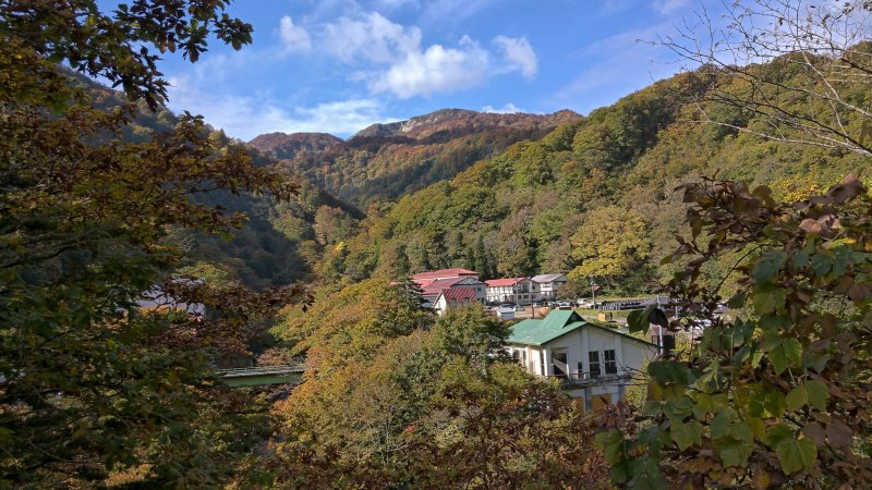Geto onsen in fall with Mt Ushigata in the background