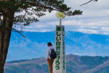 """弥三郎山岳的眺望点--""""留住美丽的自然""""。"""