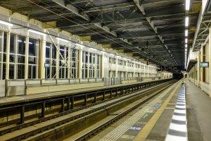 The Shinkansen platforms are quite narrow