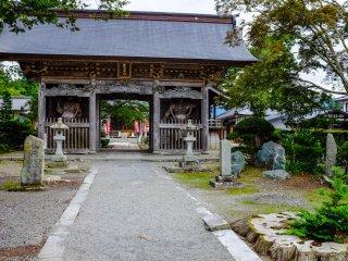 Lối vào Đền Jokenji. Đừng quên ghé thăm những con chó Kappa, theo câu chuyện dân gian, có hồ nước trên đầu của chúng dùng để dập tắt các đám cháy