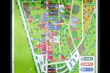 地图上的紫色小点代表你可以和动物互动的地方。橙色代表活动,蓝色代表游戏区。粉色代表放松的地方,比如温泉。红色代表餐厅,蓝色代表商店。
