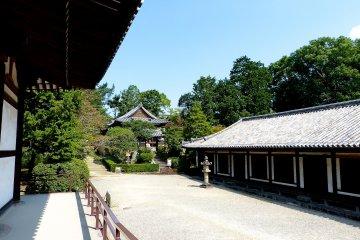 ไรโดะและฮิงาชิมูโระตั้งอยู่ทางฝั่งตะวันออก