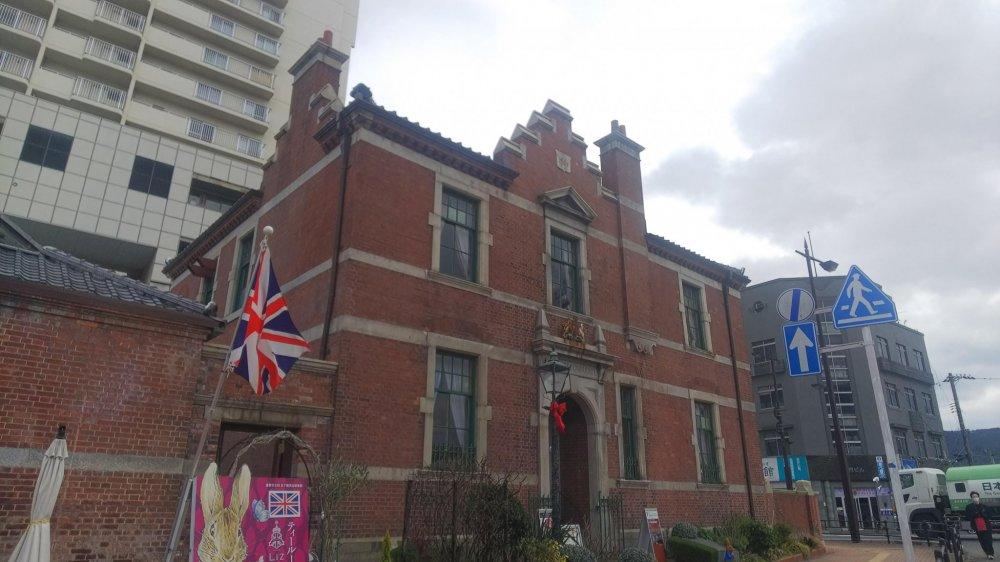 英国旗がたなびく正面