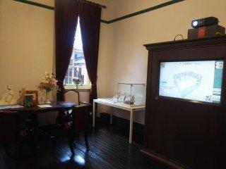 旧海事監督官室。旧領事館の歴史や保存修理の過程をモニターで見ることができます