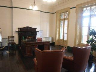 旧領事室。実際に椅子に腰かけ、記念撮影することも可能です