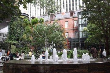 <p>The fountain in the garden</p>
