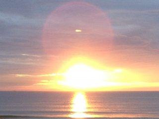 夕阳和远处的情侣