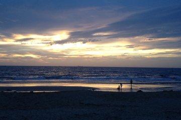 火烧云。大海。远处的一家人。