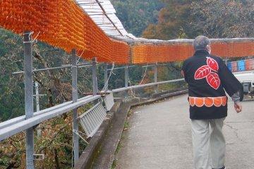 A volunteer guide from the Yorokobu Shiki-no-kai introduces the Kushigaki villages