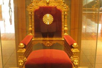 明治天皇也曾坐过的贵族院时代所使用的天皇的御椅