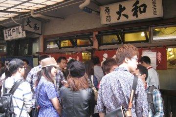 餐馆外面排队的情形