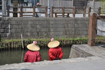 Boatwomen waiting at the Ono River