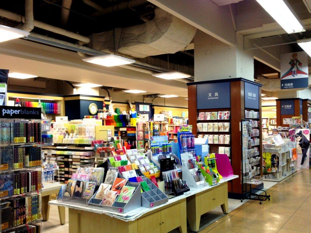 Một cầu vồng của văn phòng phẩm là một niềm vui thị giác tại cửa hàng sách và văn phòng phẩm Ogaki Karasuma Oike Kyoto
