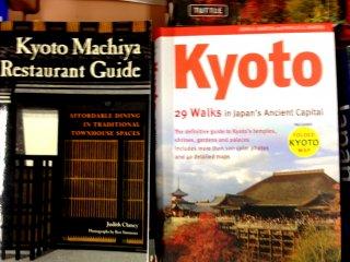 Một số sách du lịch bằng tiếng Anh được đặt thẳng giúp dễ dàng nhận và duyệt