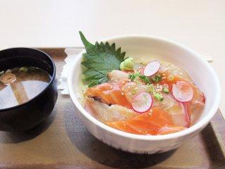 Часто на горячий рис сверху кладут рыбу и овощи