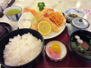 Варёный рис го-хан традиционно подаётся с разными блюдами