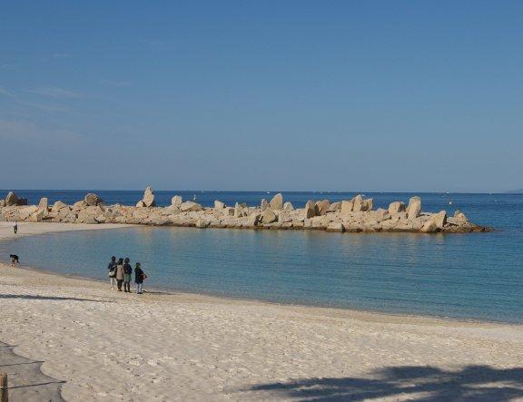 白良滨:在海滨度假胜地游览原始海滩