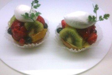 <p>Delightful mini fruit flans at Cafe de Take</p>