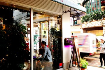 <p>Cafe de Take has a fusion of American European and Japanese style catering for the beautiful young things that inhabit the laneways behind Cat Street and Omotesando in Harajuku Bell Pier.</p>