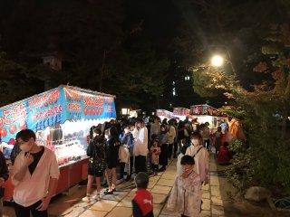 Переулки и дорожки у храма заполнены молодежью