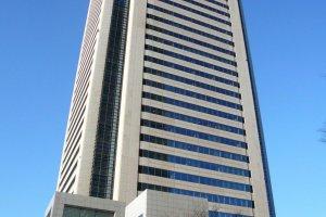 Situado no Edifício Mitsubishi Juko Yokohama, mesmo ao pé da Landmark Tower. A distância para a estação de Minatomirai é de 3 minutos a pé. A distância para a estação de Sakuragicho é 8 minutos a pé. A linha Minatomirai, a linha JR Negishi e a linha de metropolitano municipal passam por aqui.