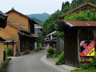마을의 중심가는 기소 산맥의 우체국 마을과 비슷하다.