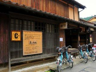자전거를 빌려서 돌아다니다가 잠시 쉬어가려 이 맛있는 커피숍에 들어왔다.