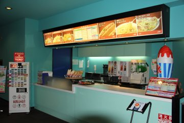 <p>This snack bar on the sixth floor is one of several within Round 1; purchase a food ticket from the kippu machine first</p>