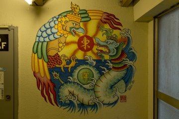 นี่เป็นภาพจิตรกรรมฝาผนังขนาดใหญ่บนกำแพงที่ทำให้ตึกนี้ดูน่าสนใจมากขึ้น