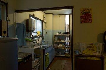 เขตห้องครัวที่สามารถใช้ได้จนกระทั่งตี 2 ซึ่งจะปิดเวลาเดียวกับห้องนั่งเล่น