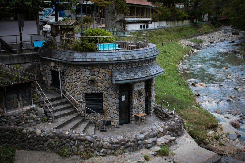 โรงอาบน้ำสาธารณะของกระท่อมอันอบอุ่นริมแม่น้ำ