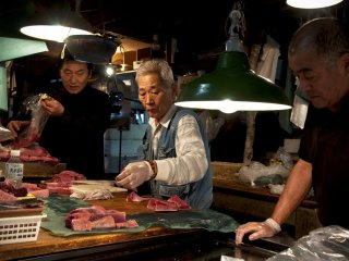 ก้อนเนื้อทูน่า ที่พ่อค้าใช้แล่เพื่อให้ลูกค้าเห็นคุณภาพเนื้อแบบต่าง ๆ