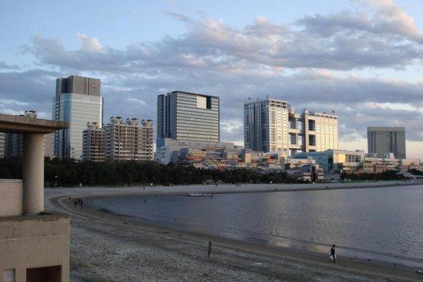 The beach along Odaiba Seaside Park.