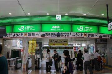 Турникеты, ведущие к обычным железнодорожным линиям JR