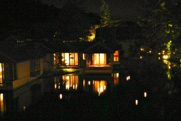 <p>แสงไฟบนแม่น้ำยามค่ำคืน</p>