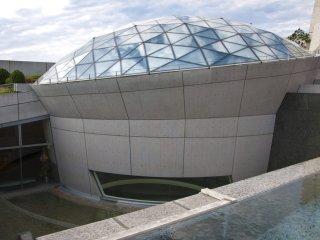 A moderna cúpula sobre o Museu da Bomba Atómica de Nagasaki