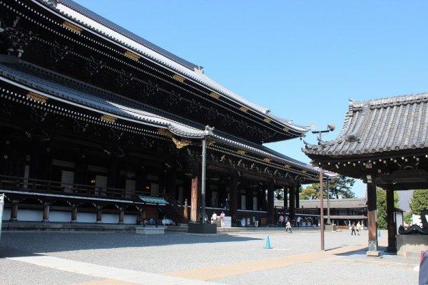東本願寺「御影堂」。親鸞の御真影が祀られている
