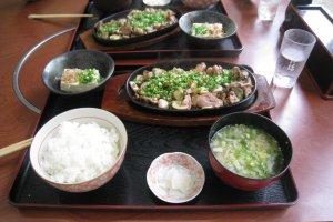 Free range chicken steak set for 1050 yen.