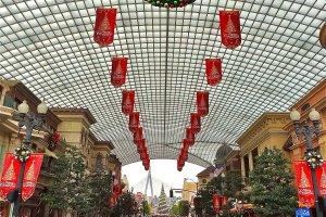 クリスマスシーズンのユニバーサル・スタジオ・ジャパン。ロデオ・ドライブと呼ばれるメインストリート