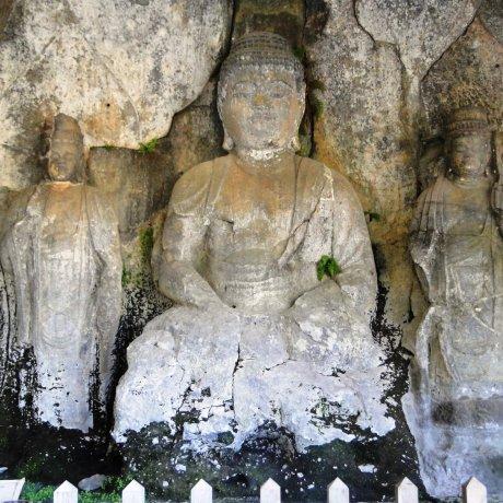 รูปแกะสลักพระพุทธรูปที่เมืองอุสุกิ