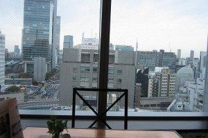 東京駅方面を臨む窓際の席。曇り空もなつかしい