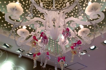 Lovely decorations like this pink chandelier accentuates a dollhouse-like atmosphere