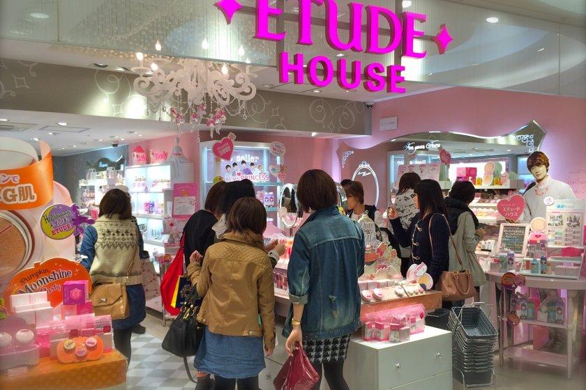 L\'entrée du magasin Etude House de Shinjuku, au Lumine EST, 2e Etage