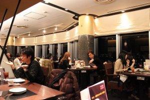 店内はこんなにおしゃれです。窓から京都タワー側の夜景が美しい