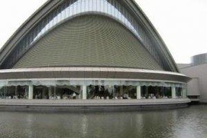 大ホールの外観。世界遺産「白川郷」の古民家のイメージだろうか