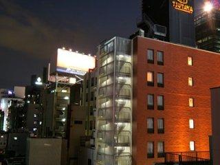 一般酒店用品都齊備,雖然位於紅燈區但房間十分寧靜,這是房間窗口外面的情況。 服務員態度也十分好,也有服務員懂得說普通話,簡單英語溝通也沒問題,這個價錢物超所值。 (原文 : http://hitomi-kong.blogspot.hk/2009/12/day-1-1.html)